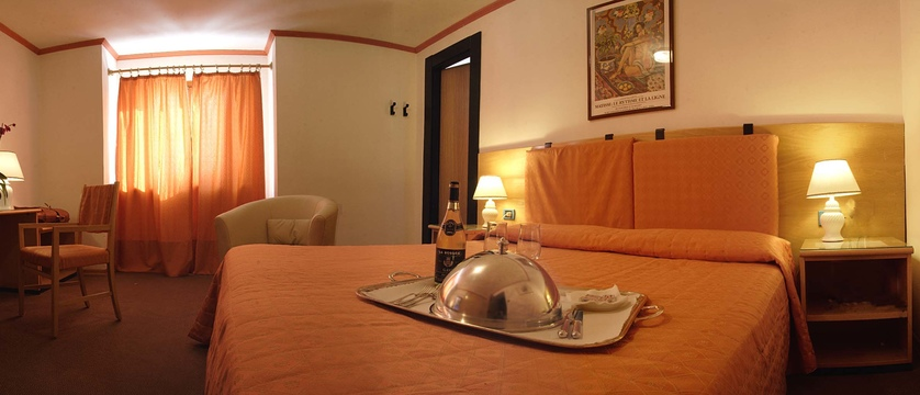 italy_bardonecchia_hotel-des-geneys_bedroom.jpg